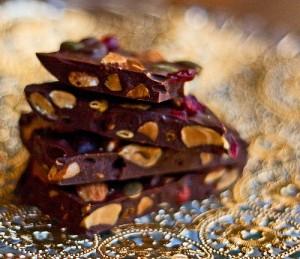 Шоколад с изюмом и орехами